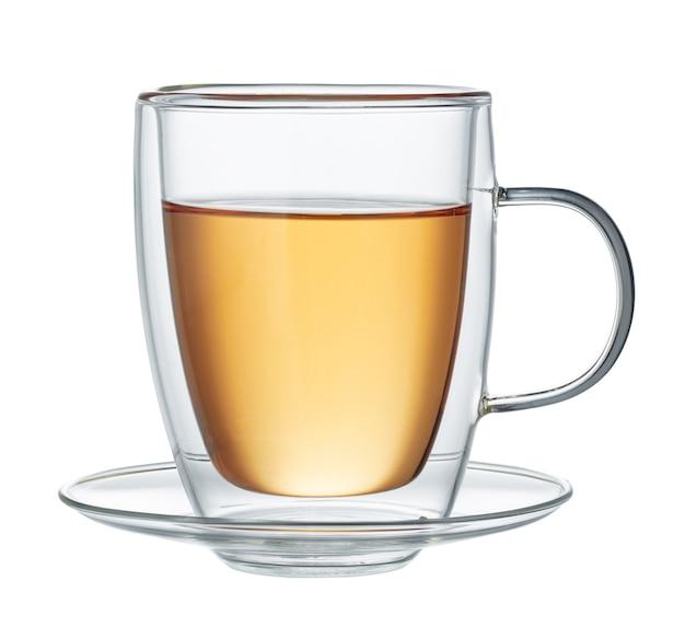 Copo de chá verde isolado no fundo branco