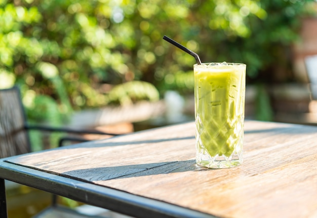 Copo de chá verde matcha gelado em cima da mesa