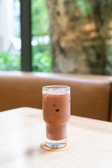 Copo de chocolate amargo gelado em cafeteria e restaurante