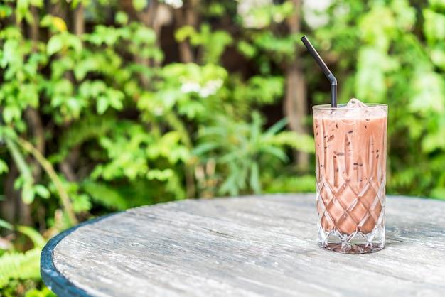 Copo de chocolate gelado em cima da mesa