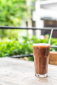 Copo de chocolate gelado no café