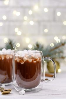 Copo de chocolate marrom com árvore de natal marshmeloy
