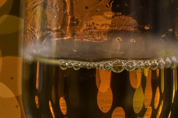 Copo de close-up com champanhe na noite de ano novo