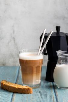 Copo de close-up com saboroso café com leite