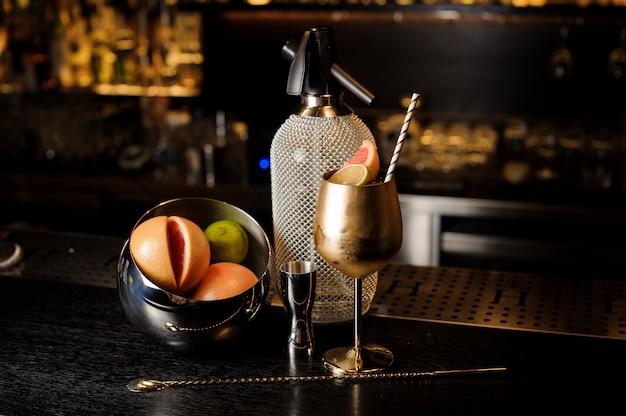 Copo de cobre elegante cheio de doce coquetel de verão com frutas