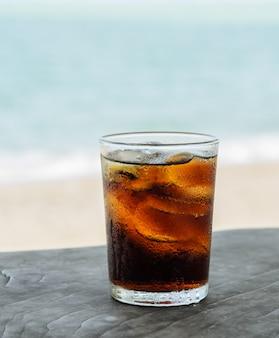Copo de coca-cola com gelo