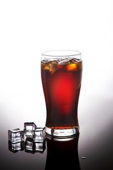 Copo de coca-cola, limonada com gelo no branco