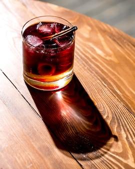 Copo de cocktail com cubos de gelo sob a luz do sol