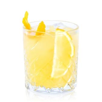 Copo de cocktail com reflexão isolado no branco