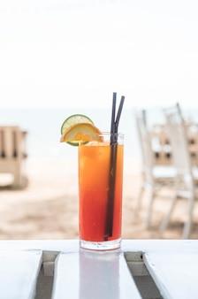 Copo de cocktail de frutas no café