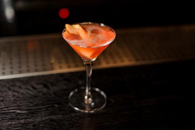 Copo de cocktail elegante cheio de doce e saboroso suco de laranja