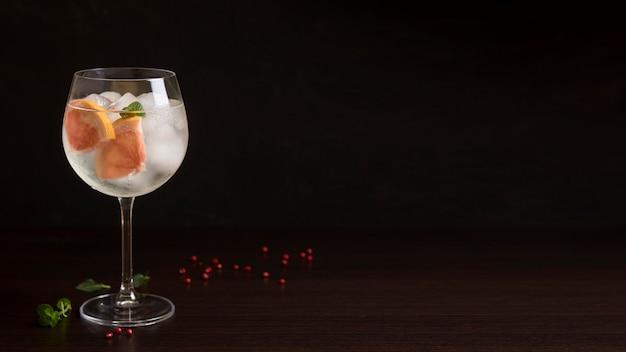 Copo de cocktail refrescante com espaço de cópia