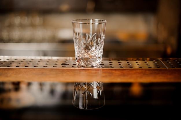 Copo de cocktail vazio na barra