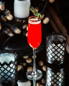 Copo de cocktail vermelho em cima da mesa