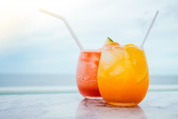 Copo de cocktails cozidos com gelo