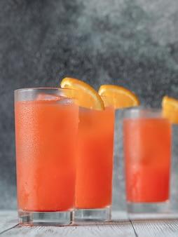 Copo de coquetel alabama slammer decorado com rodela de laranja