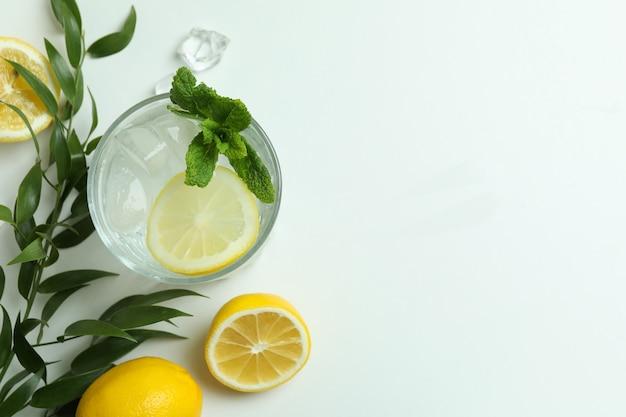 Copo de coquetel com limão no fundo branco