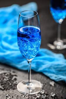 Copo de coquetel com o blue hawaii. cocktail alcoólico havaiano azul