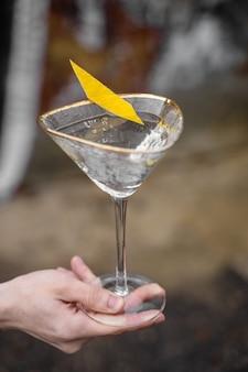 Copo de coquetel de álcool margarita bebida com frutas cítricas em uma superfície cinza. chalé.