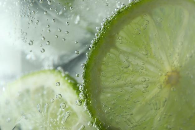 Copo de coquetel mojito com bolhas, close-up