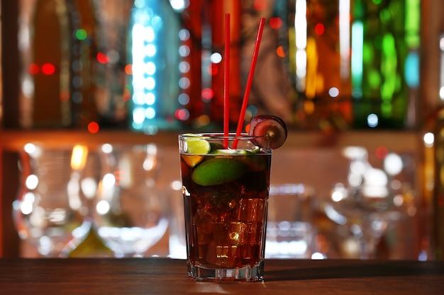 Copo de coquetel no balcão do bar