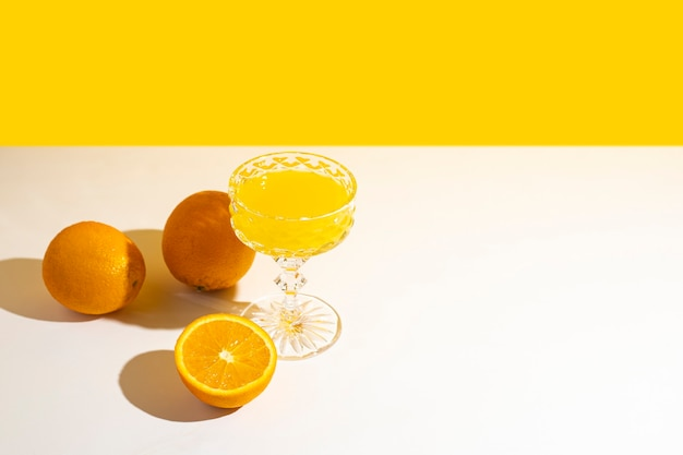 Copo de coquetel ou suco de laranja à luz do sol.