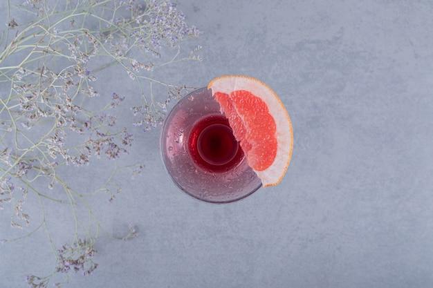 Copo de coquetel vazio com uma fatia de toranja vista superior