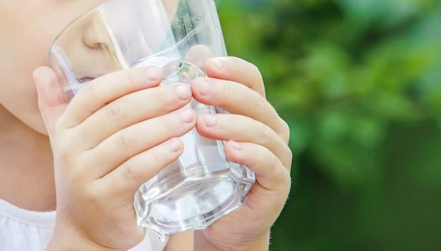 Copo de criança de água. foco seletivo. comida e bebida.