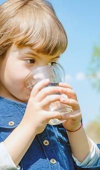 Copo de criança de água. foco seletivo. natureza.