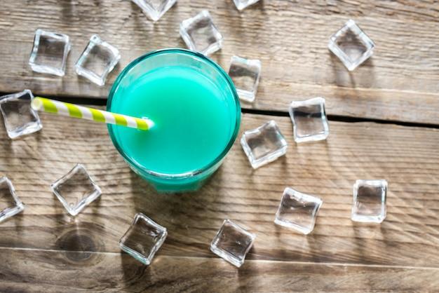Copo de curaçao azul e cocktail de suco
