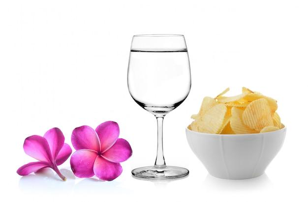 Copo de flor de frangipani de água, tigela de batatas fritas no espaço em branco