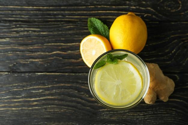 Copo de gengibre - bebida de limão e ingredientes na mesa de madeira