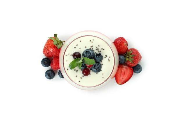 Copo de iogurte de frutas silvestres isolado no fundo branco
