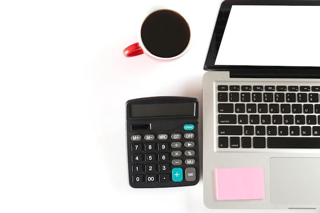Copo de laptop, calculadora e café - vista superior