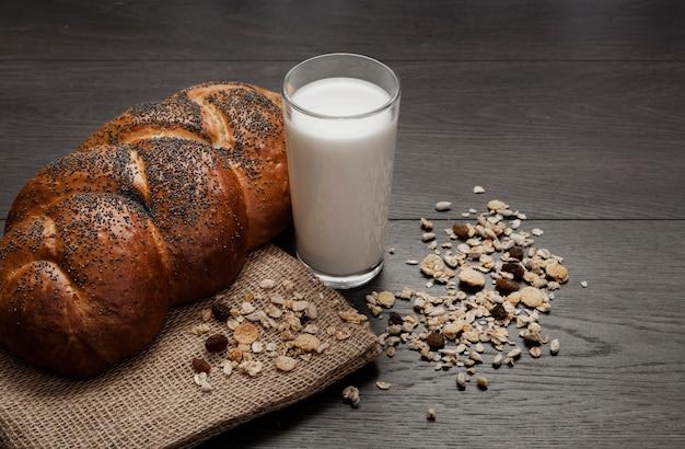Copo de leite ao lado de pão fresco
