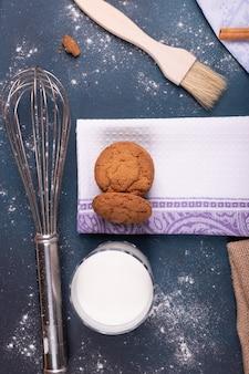 Copo de leite com biscoitos e escova