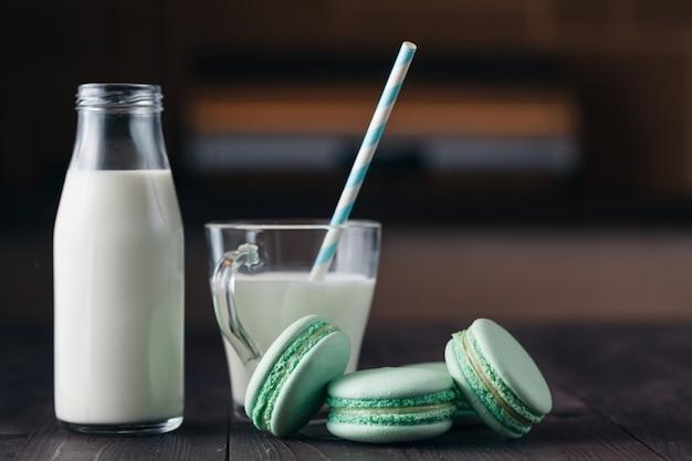 Copo de leite com biscoitos na mesa de madeira rústica, com espaço de cópia