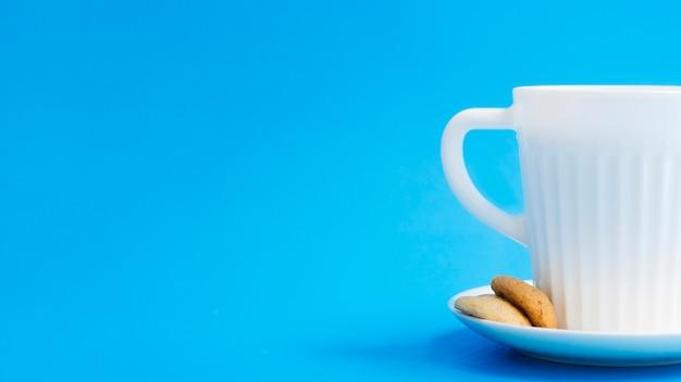 Copo de leite com biscoitos