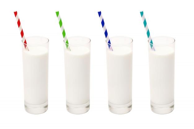 Copo de leite com canudos coloridos em branco