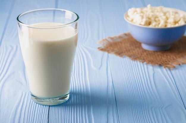 Copo de leite com tigela de queijo cottage