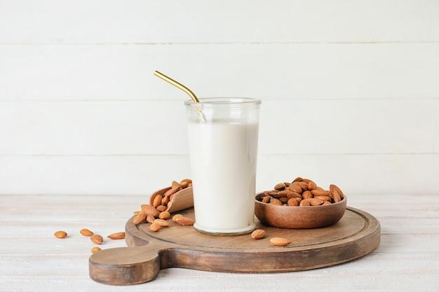 Copo de leite de amêndoa saboroso em fundo claro