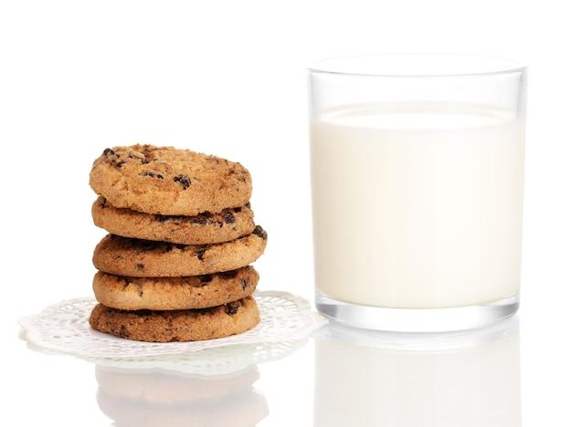 Copo de leite e biscoitos isolado no branco