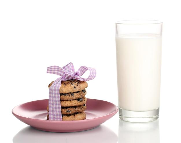 Copo de leite e biscoitos isolado