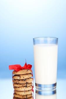 Copo de leite e biscoitos no fundo azul