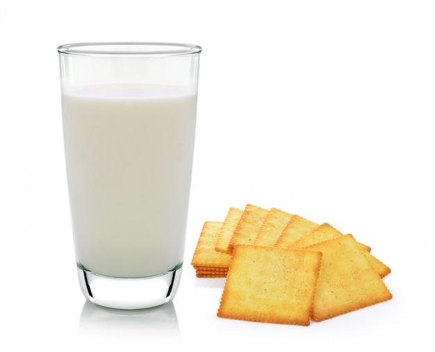 Copo de leite e bolacha isolado