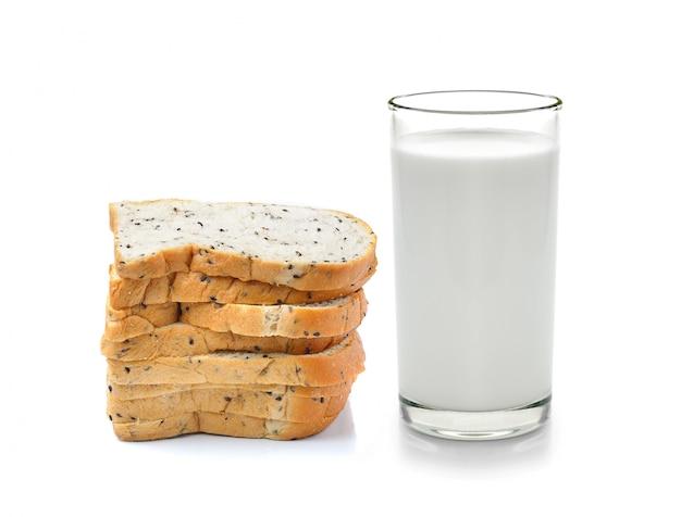 Copo de leite e pão integral, isolado no espaço em branco