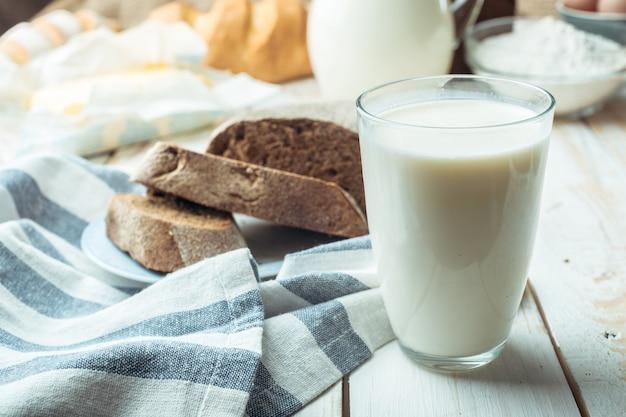 Copo de leite e pão