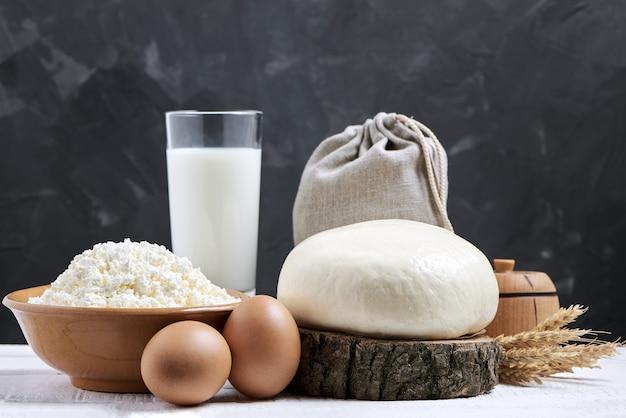 Copo de leite e produtos lácteos em fundo