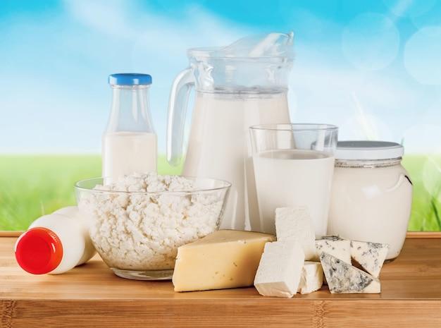 Copo de leite e produtos lácteos no fundo