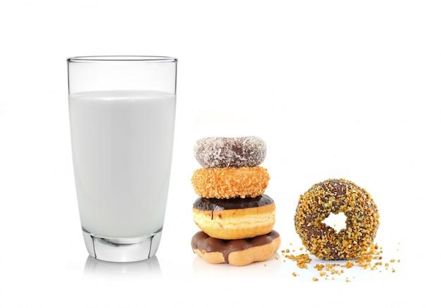 Copo de leite e rosquinha isolado no branco